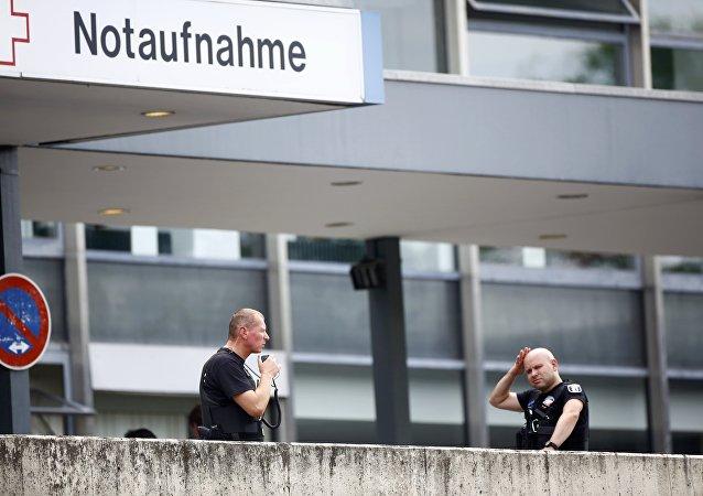 Polícia em frente à clínica em Steglitz, Berlim, após o atentado que resultou na morte de um médico.