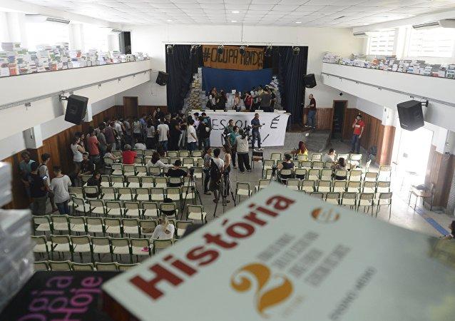 Alunos do Colégio Estadual Prefeito Mendes de Moraes desocupam escola onde estavam desde 21 de março