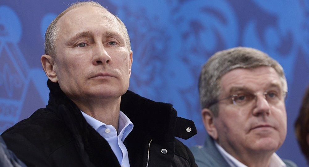 Presidente russo Vladimir Putin (esquerda) e presidente do COI,Thomas Bach (foto de arquivo)