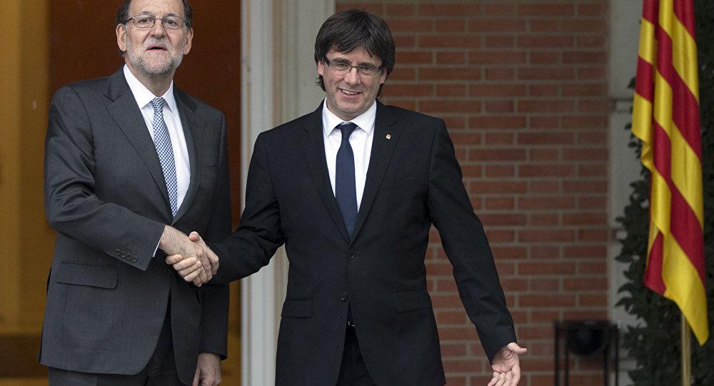 O primeiro-ministro da Espanha, Mariano Rajoy (à esquerda) com o presidente da  Generalitat catalã, Carles Puigdemont (centro), durante a primeira visita do último a Madri, em 20 de abril de 2016