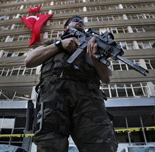 Policial das forças especiais turcas monta guarda em frente ao prédio da polícia, danificado por ataques aéreos de militares insurgidos, Ancara, Turquia, 19.07.2016