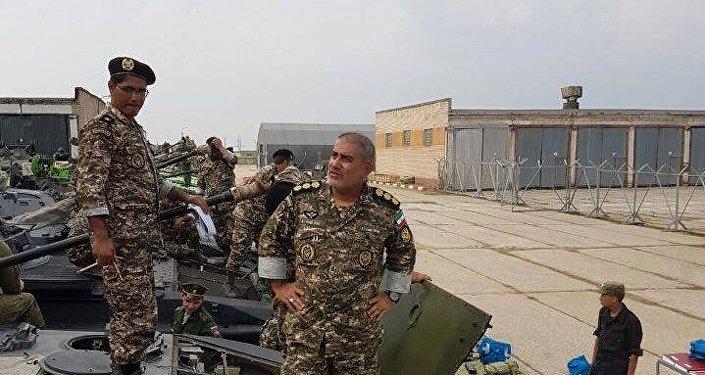 Militares iranianos examinam o material bélico esportivo na Rússia