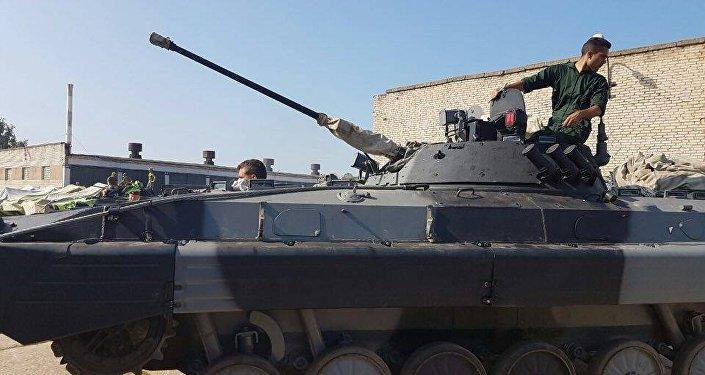 Um militar iraniano ensaiando um tanque na Rússia