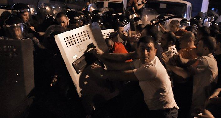Manifestantes em confronto com a polícia em Yerevan