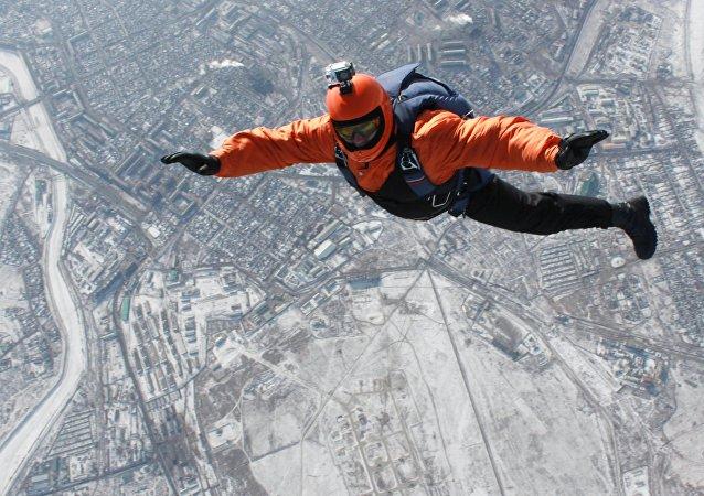 Paraquedista salta de avião