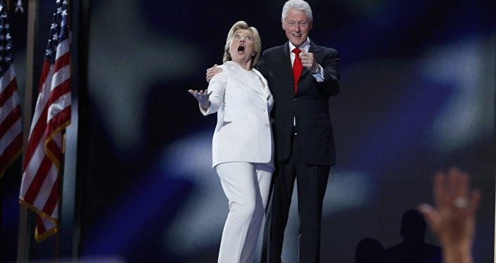 Candidata presidencial democrata Hillary Clinton e seu marido ex-presidente Bill Clinton reagem à queda de balões depois que ela aceitou a nomeação, Convenção Nacional do Partido Democrata em Filadélfia. Julho 28, 2016