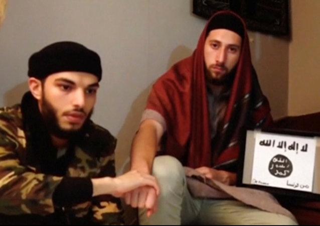 Esta imagem tomada de vídeo mostra dois homens, Abdel-Malik Nabil Petitjean e Adel Kermiche, que estão por trás do ataque contra a igreja na Normandia neste vídeo lançado 28 de julho de 2016