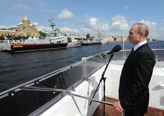 Vladimir Putin em São Petersburgo no Dia da Marinha russa