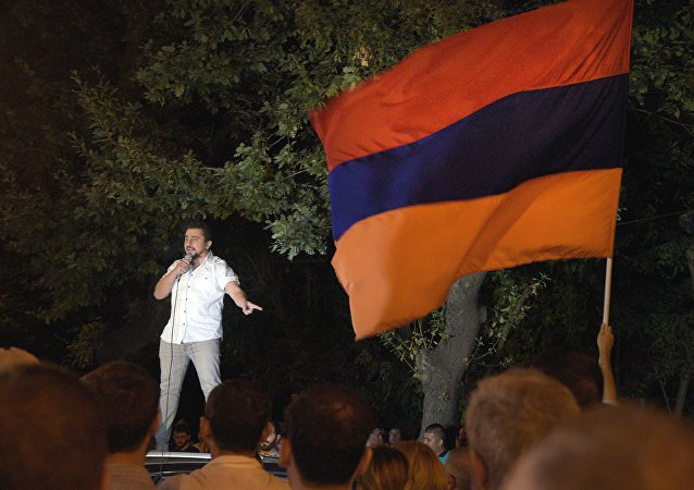 Manifestante em Yerevan na madrugada deste domingo, 31