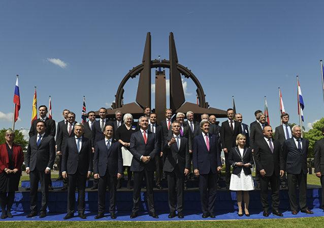 Ministros das Relações Exteriores posam para foto durante a reunião na sede da OTAN em Bruxelas, Bélgica, 19 de maio de 2016