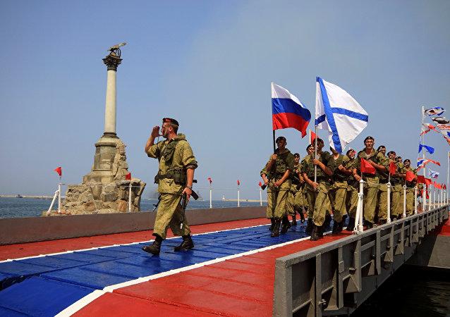 Desfile da Marinha russa durante as celebrações do Dia da Marinha em Sevastopol, Crimeia