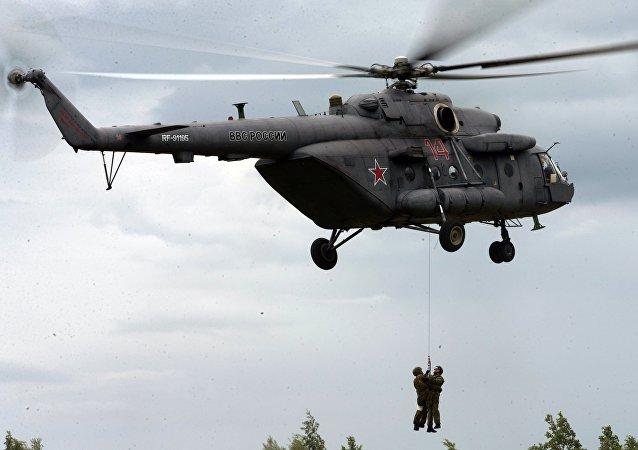 Helicóptero Mi-8 durante os exercícios militares na região de São Petersburgo, Rússia, 2016