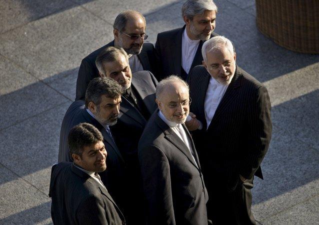 Ministro das Relações Exteriores iraniano, Javad Zarif, e o Chefe da Organização de Energia Atômica do Irã, Ali Akbar Salehi, entre outros membros de sua delegação em Lausanne, 27 de março de 2015