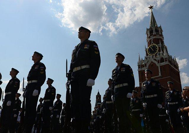 Desfile militar dedicado às celebrações do Dia de Paraquedista
