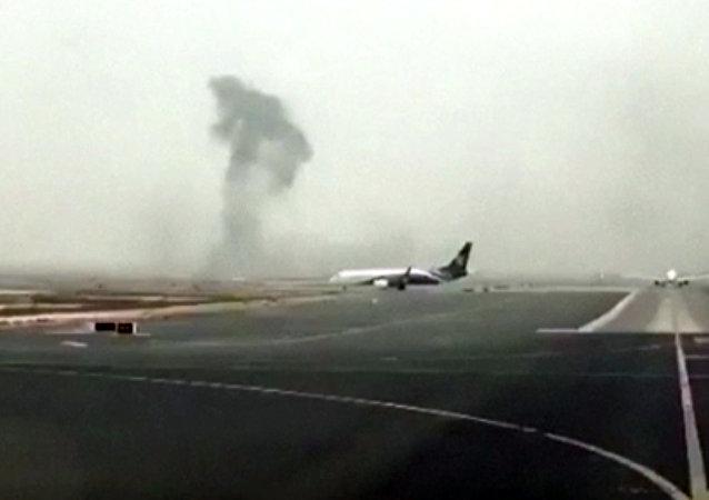 Fumaça está subindo do avião após um acidente de voo da Emirates no Aeroporto Internacional de Dubai