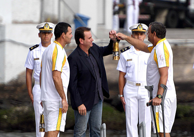 Prefeito do Rio, Eduardo Paes, recebe tocha olímpica