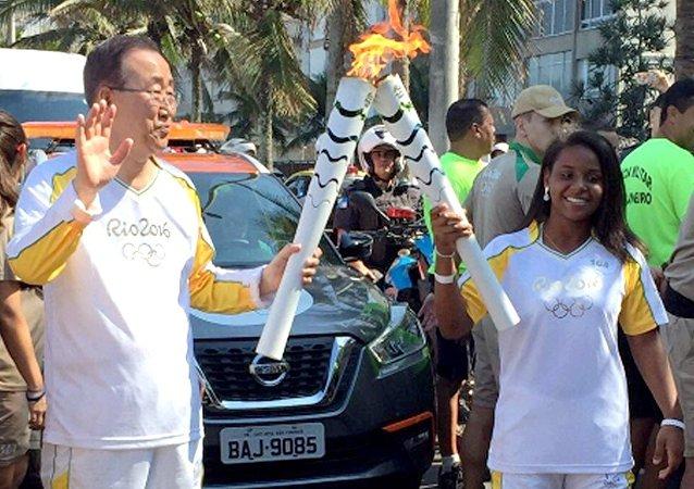 Secretário-geral da ONU, Ban Ki-moon carrega tocha olímpica no Rio