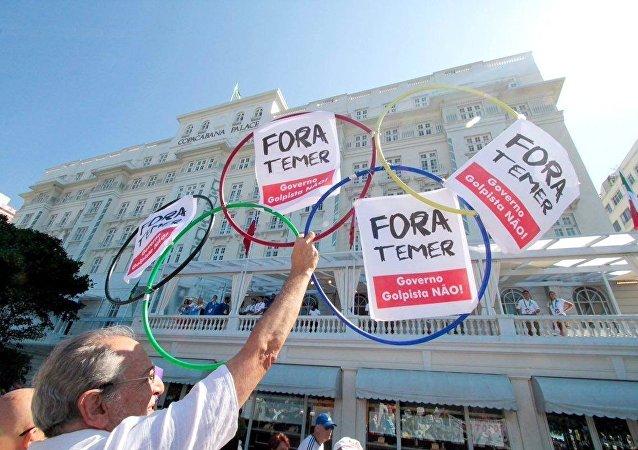 Protesto na orla de Copacabana contra o presidente interino Michel Temer