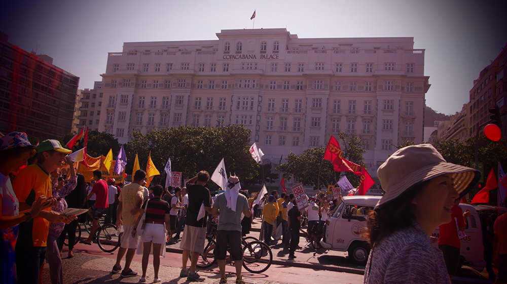 Concentração do ato contra Temer em frente ao Copacabana Palace