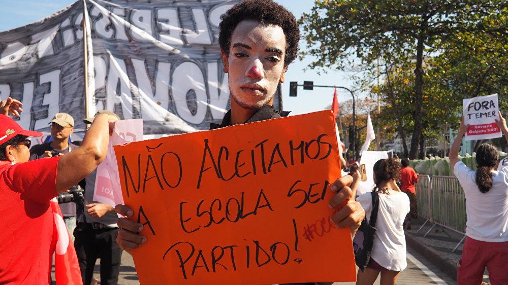 Manifestante contra o projeto Escola Sem Partido participa do ato Fora Temer em Copacabana