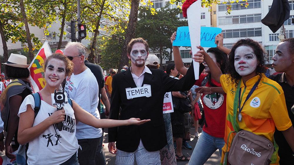 Manifestantes criticam apoio da mídia ao governo Temer