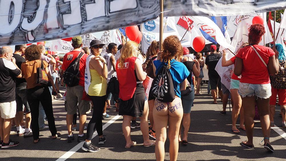 Manifestante desfila seu Fora Temer na praia de Copacabana