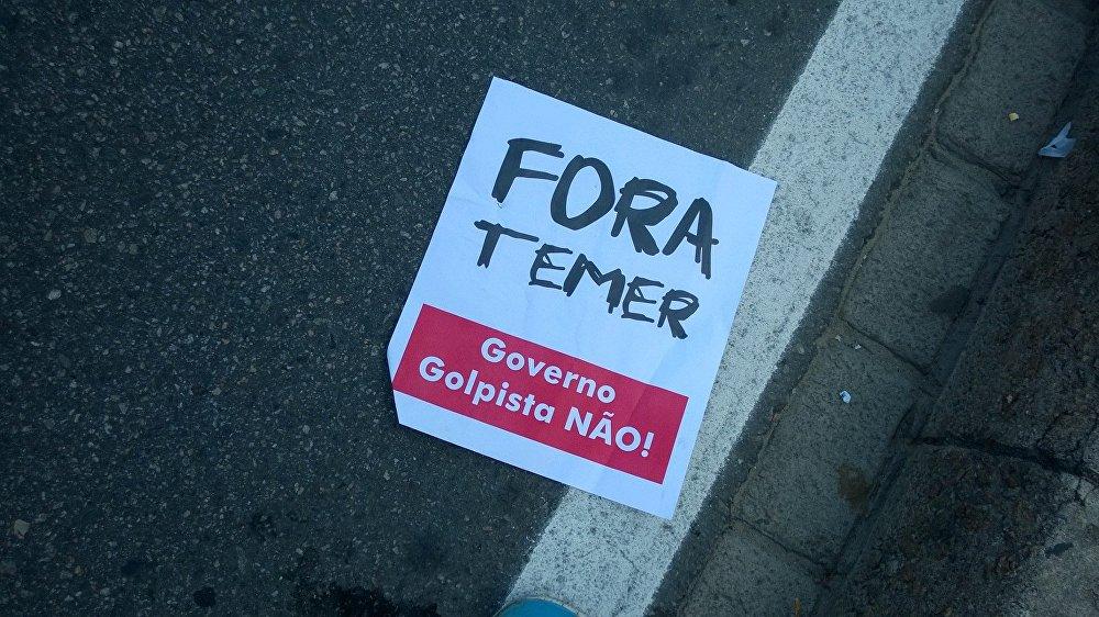 Protestos contra o governo interino de Temer durante passagem da tocha olímpica por Copacabana