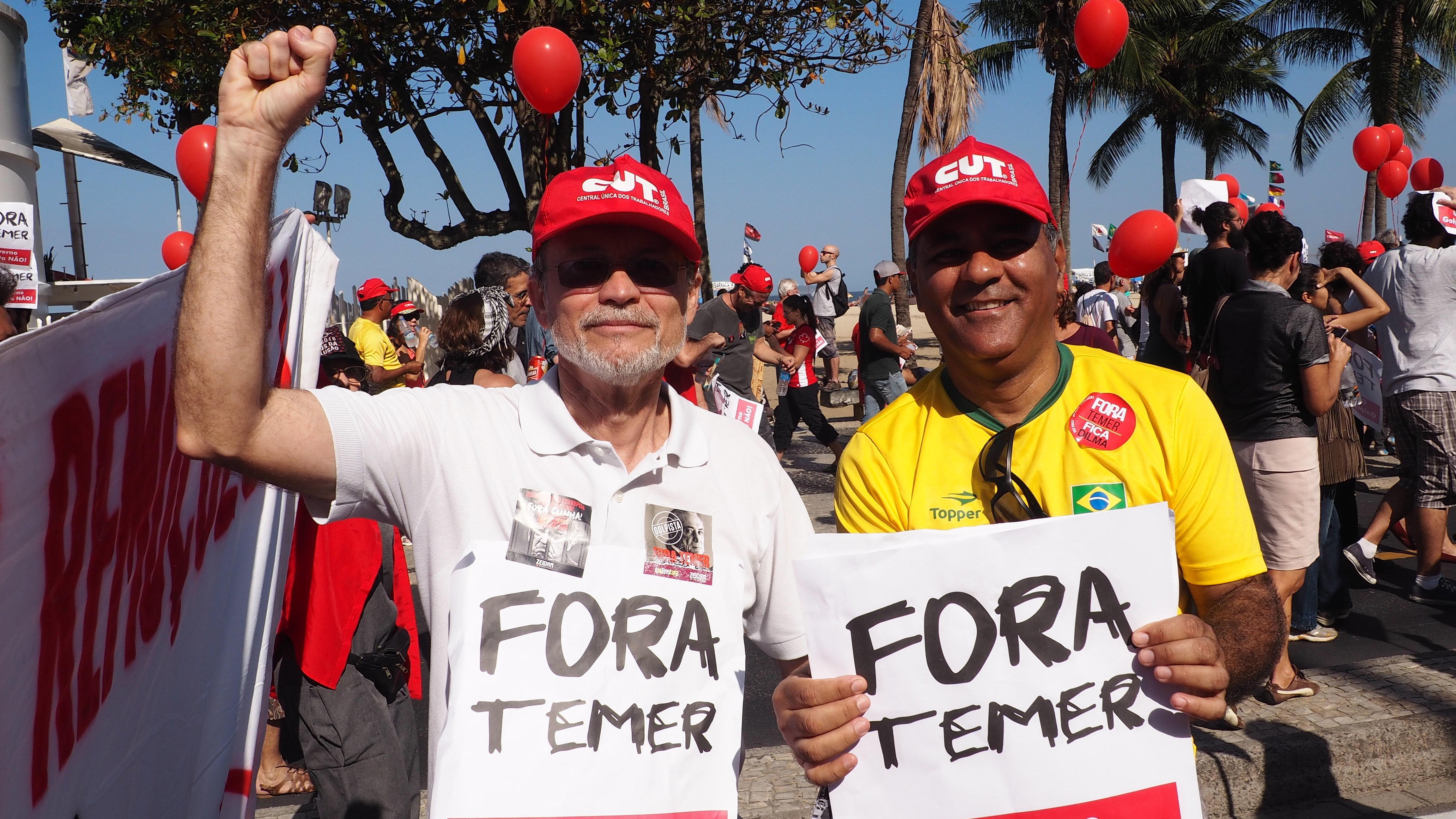 José Carlos de Araújo, advogado do grupo Advocacia em Ação, e Jaime Muniz Martins, ex-presidente da FAFERJ, em ato contra Temer na orla de Copacabana