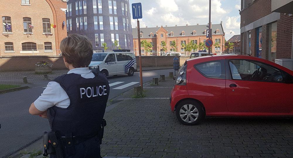 6 de agosto de 2016, foto tirada por telemovil mostra policial observando o local de assalto em Charleroi