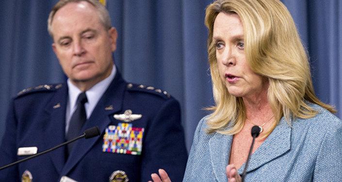Deborah Lee James, a secretária da Força Aérea dos EUA