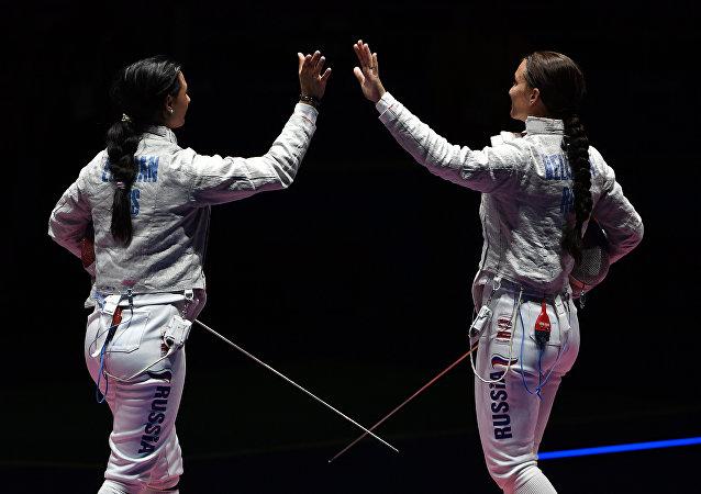 Yana Egorian e Sofya Velikaya na final do sabre individual feminino
