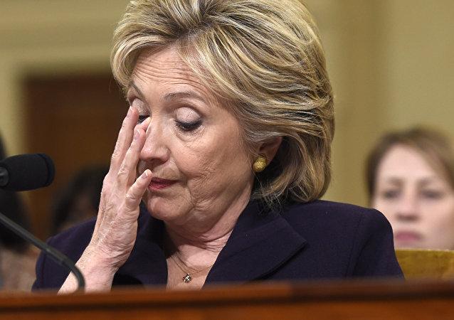 Ex-secretária de Estado dos EUA, Hillary Clinton, defende-se de acusações sobre sua responsabilidade pelos ataques mortais na missão dos EUA na Líbia perante os Republicanos, na abertura de inquérito dos partidários de propaganda anti-Clinton, 23 de outubro de 2015