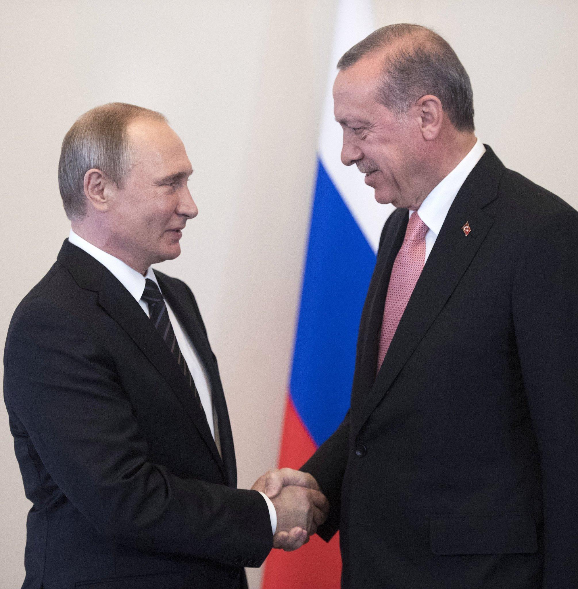 Presidentes da Rússia e Turquia, Vladimir Putin e Recep Tayyip Erdogan, durante o encontro bilateral em São Petersburgo, Rússia, 9 de agosto de 2016