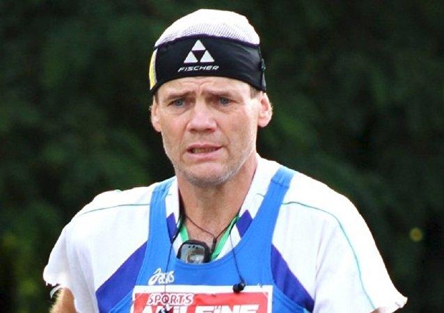 Sergei Lukyanov realizando marcha atlética em volta ao mundo