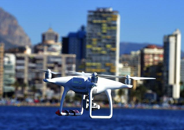 Drone sobrevoa a baía Benidorm, Espanha, agosto de 2016 (foto de arquivo)