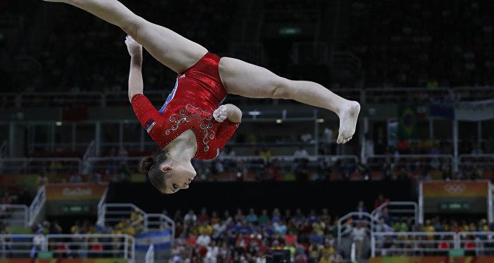 Ginasta russa Aliya Mustafina se apresentando na Arena Olímpica em 9 de agosto