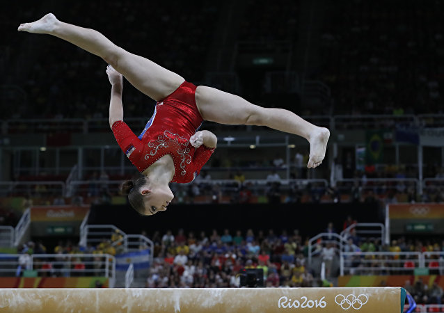 Ginasta russa Aliya Mustafina se apresentando na Arena Olímpica nesta terça-feira, 9 de agosto