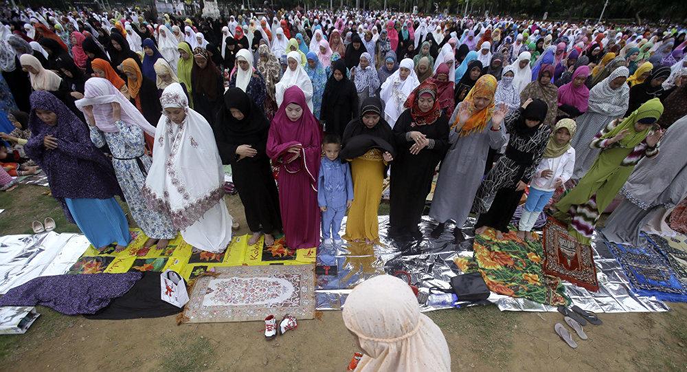 Filipinos muçulmanos no Rizal Park, em Manila para marcar o fim do mês sagrado do Ramadã, julho 17, 2015 em Manila, Filipinas.