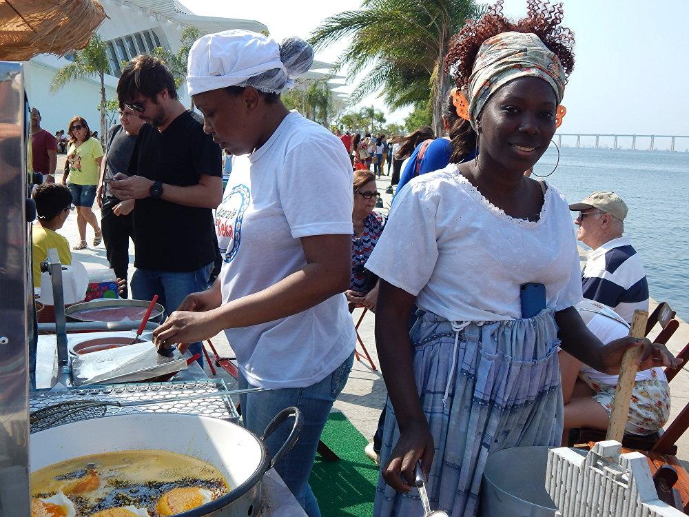 Baianas fazem acarajé para turistas e cariocas no Boulevard Olímpico