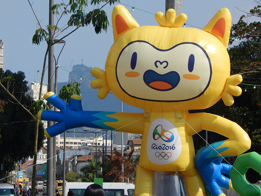 Vinicius, mascote da Rio 2016, com Cristo Redentor ao fundo