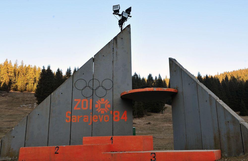 Pódio de vencedores perto da plataforma para saltos de trampolim da Olimpíada de Inverno do ano de 1984, em Sarajevo