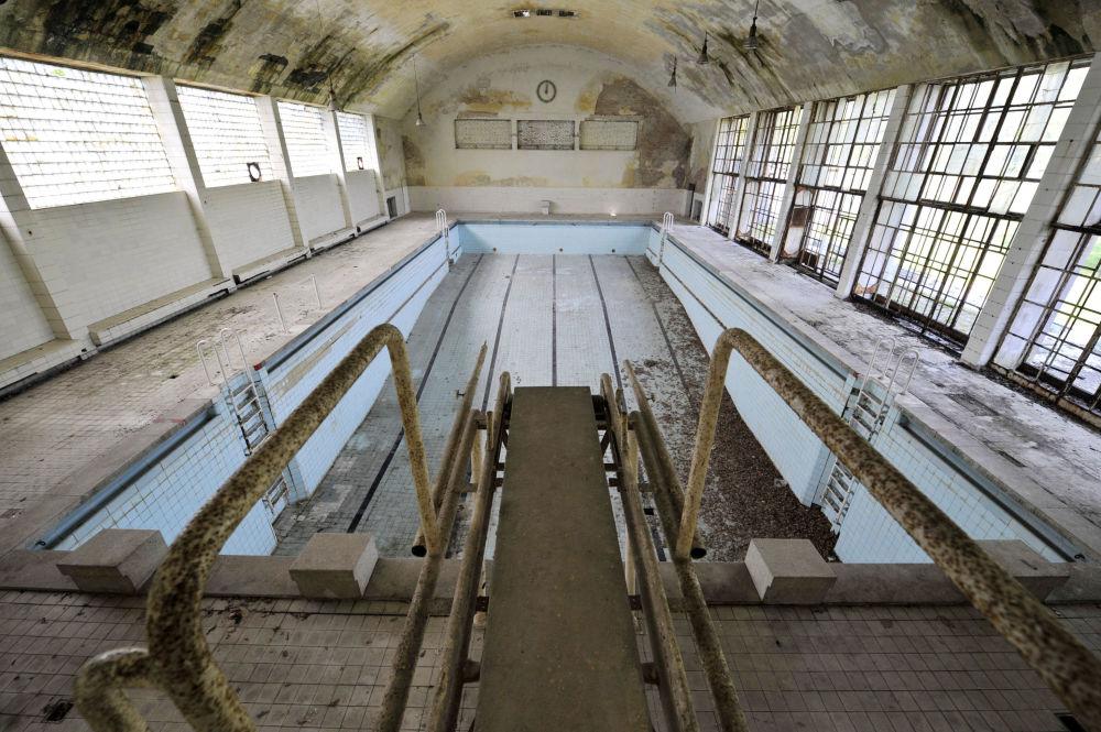 Piscina abandonada da Olimpíada de 1936 na aldeia de Elztal, na Alemanha.
