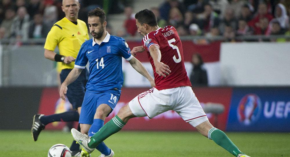 Ioannis Fetfatzidis, da Grécia, e Leando di Almeida, da Hungria, durante partida das eliminatórias da Euro-2016.