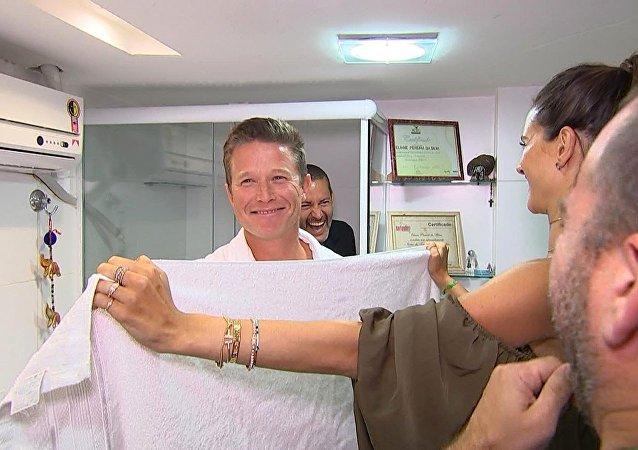 Billy Bush e sua primeira vez em um salão de depilação íntima