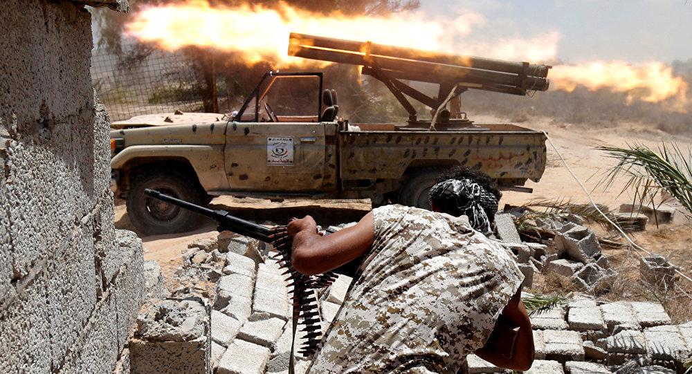 Tropas líbias em combate com militantes do Daesh em Sirte