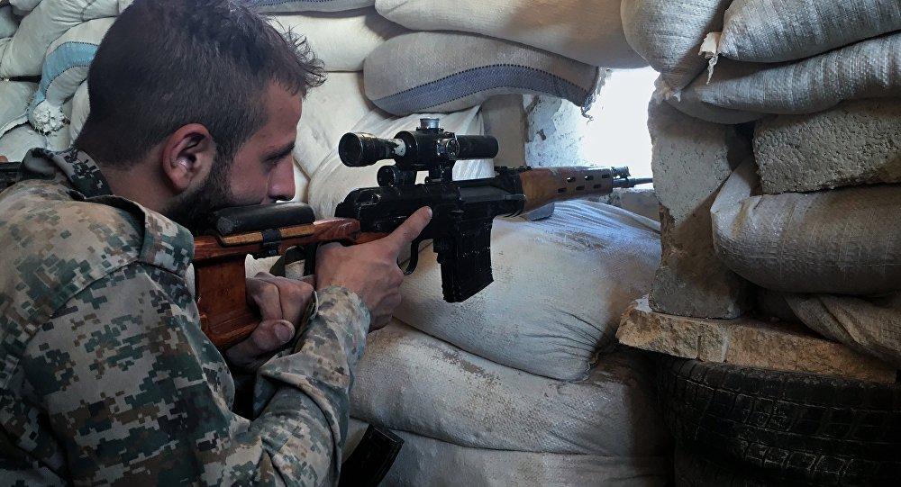 Um soldado do exército sírio na linha de frente perto da escola de logística militar no sul de Aleppo