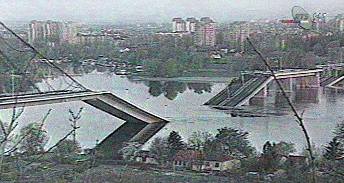 Imagem da ponte através do Danúbio no norte da Sérvia que foi destruída pela OTAN transmitida pela televisão sérvia, Iugoslávia, 3 de abril de 1999
