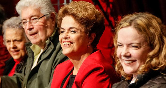 Dilma Rousseff com senadores no Paraná