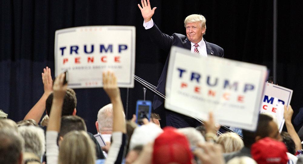 Presidenciável norte-americano Donald Trump se despede com apoiantes depois do seus discurso em Kissimmee, estado de Florida, EUA, 11 de agosto de 2016