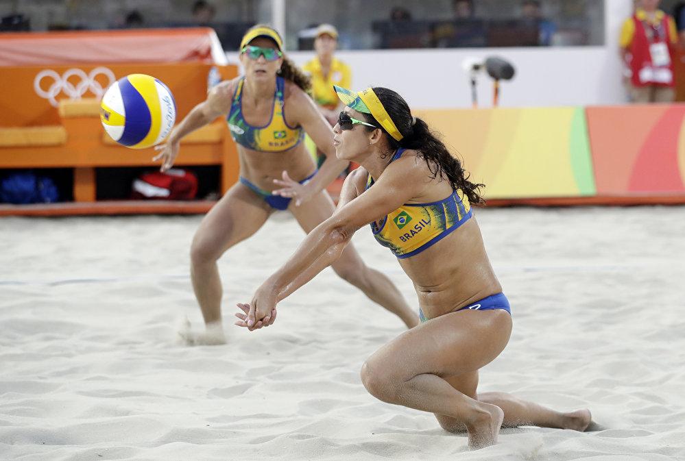 As jogadoras brasileiras durante o jogo contra EUA